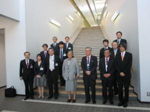 J-PARC研究棟でシリントーン王女を囲んで記念撮影(前列中央)。左から松村病院長,山口副知事及びJ-PARC関係者