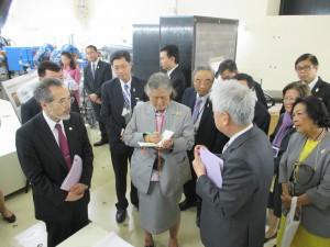 BNCT照射室を視察される様子。前列左から 松村病院長,シリントーン王女殿下,吉岡KEK名誉教授